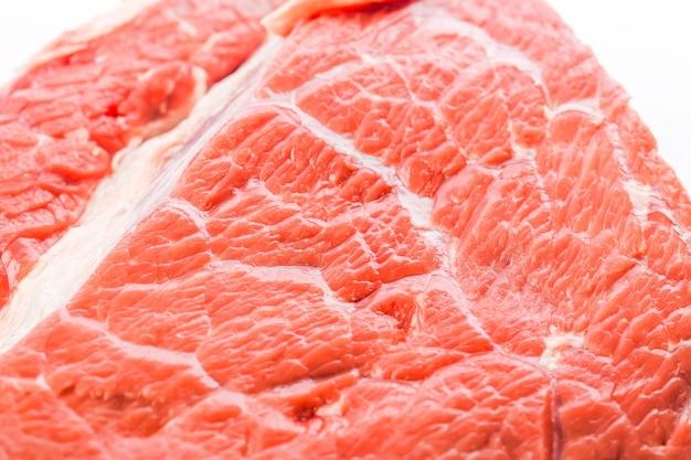 Steak de boeuf cru frais isolé sur fond blanc, vue de dessus
