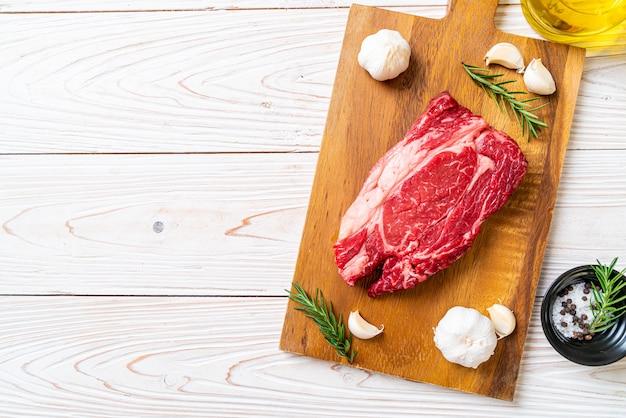 Steak de boeuf cru frais