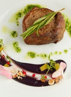 Steak de boeuf avec feuille