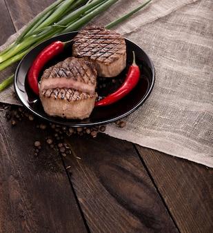 Steak de boeuf sur un fond en bois
