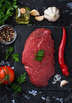 Steak de boeuf frais cru et légumes. mise au point sélective