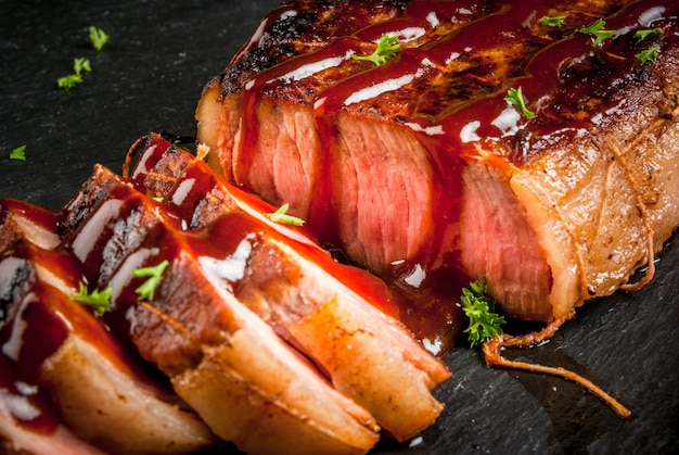 Steak de boeuf frit avec sauce barbecue