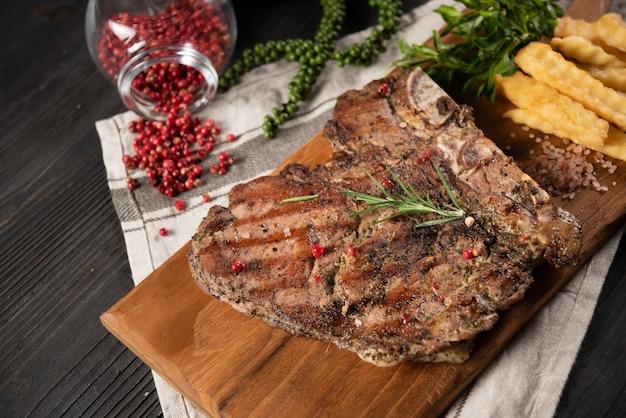 Steak de boeuf avec frites et poivron rouge