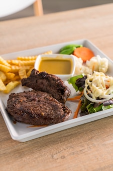 Steak de boeuf avec frites et salade