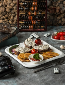 Steak de boeuf garni de sauce crémeuse, servi avec aubergine frite, ketcup