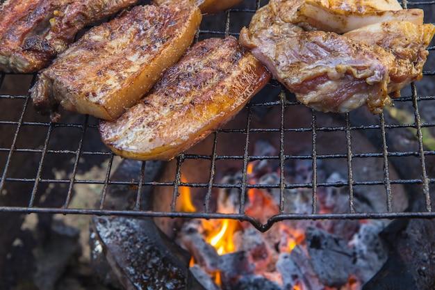 Steak de boeuf sur le gril avec des flammes.