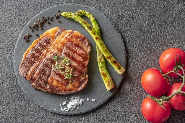 Steak de boeuf grillé aux asperges