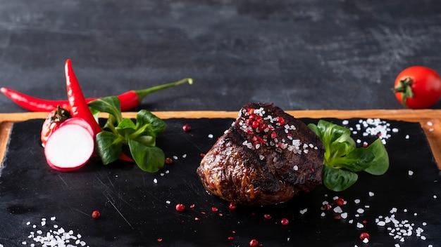 Steak de boeuf grillé aux épices. espace copie