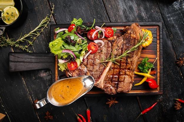 Steak de boeuf grillé aux légumes et sauce