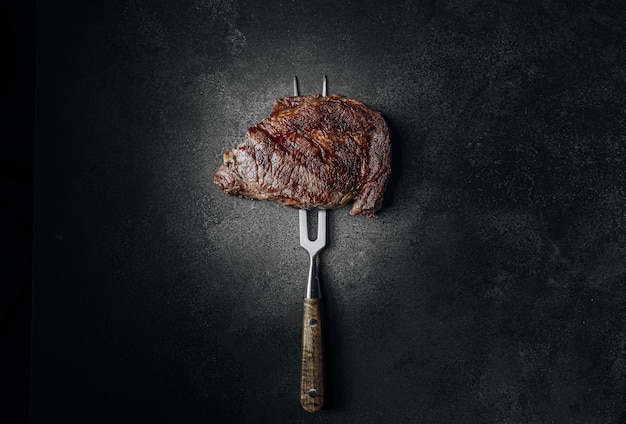 Steak de bœuf grillé bœuf marbré de la plus haute qualité frit à saignant sur le gril
