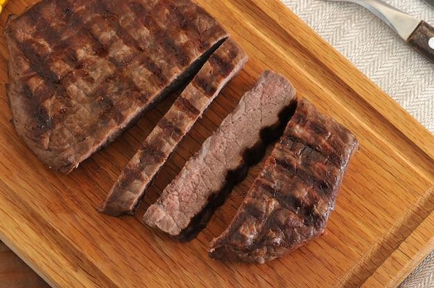 Steak de boeuf grillé, coupé en morceaux