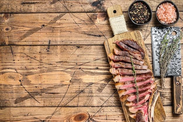 Steak de bœuf grillé cowboy ou ribeye aux herbes et épices