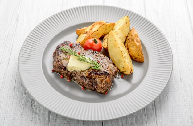 Steak de boeuf grillé avec frites