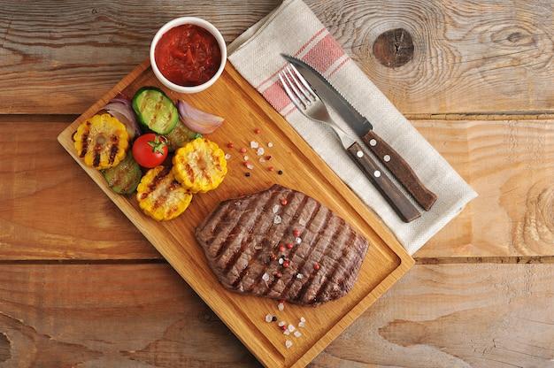 Steak de boeuf grillé avec des légumes grillés