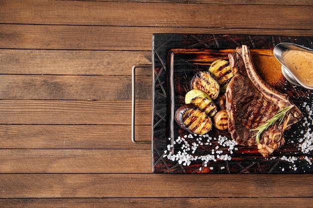 Steak de boeuf grillé avec légumes et sauce