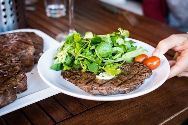 Steak de boeuf grillé avec salade