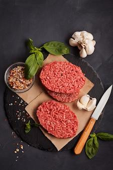 Steak de bœuf haché biologique cru fait maison