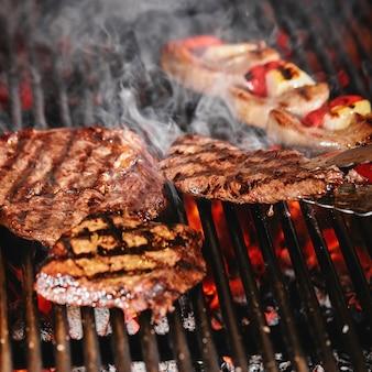 Un steak de boeuf juteux se retourne dans une flamme de barbecue, style de vie, photo de nourriture, espace copie