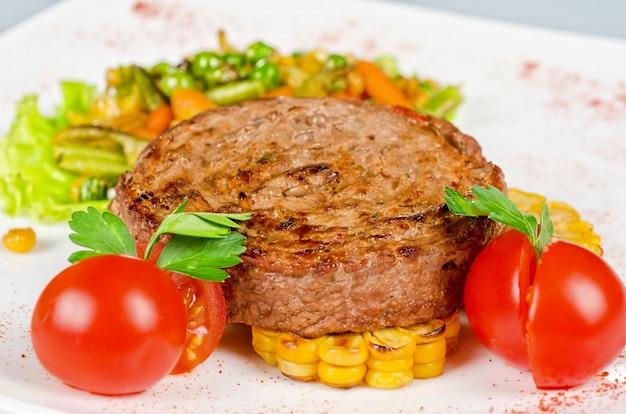 Steak de boeuf avec légumes et sauce