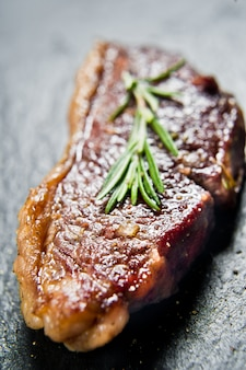 Steak de bœuf marbré angus noir rôti à l'arrière.