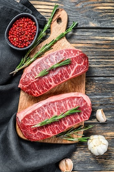 Steak de bœuf marbré cru, steak de viande haut de gamme