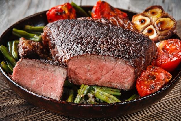 Steak de boeuf en marbre dans une poêle en fonte
