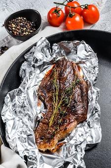 Steak de bœuf marbré grillé en papillote. surface noire. vue de dessus