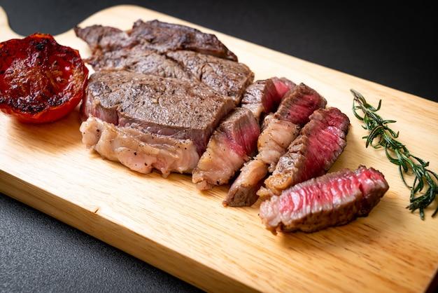 Steak de bœuf mi-saignant grillé
