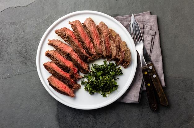 Steak de boeuf moyen sur plaque blanche