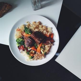 Steak de boeuf paléo avec chou fermenté et légumes