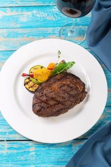 Steak de boeuf sur une planche de bois