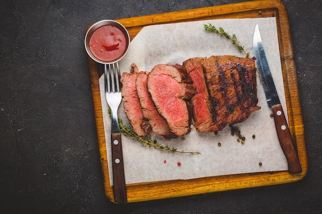 Steak de bœuf ribeye grillé, herbes et épices