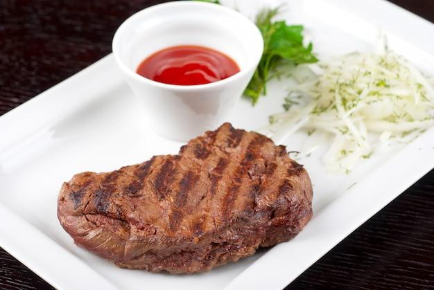 Steak de bœuf rôti juteux