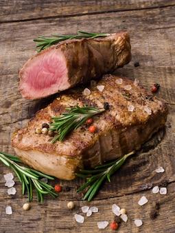 Steak de boeuf sur une table en bois.