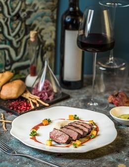 Steak de boeuf avec un verre de vin rouge