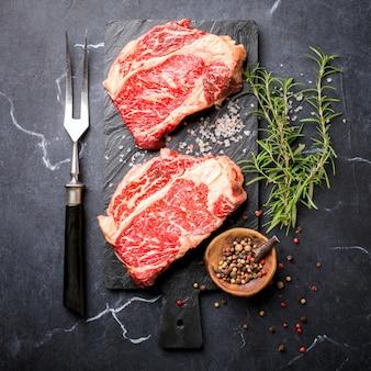 Steak de boeuf à la viande fraîche crue.
