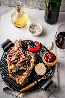 Steak de boeuf à la viande grillée fraîche avec du vin rouge