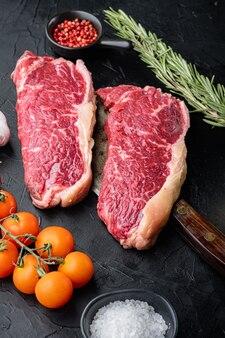 Steak de contrebande, viande crue de boeuf marbré, sur fond noir