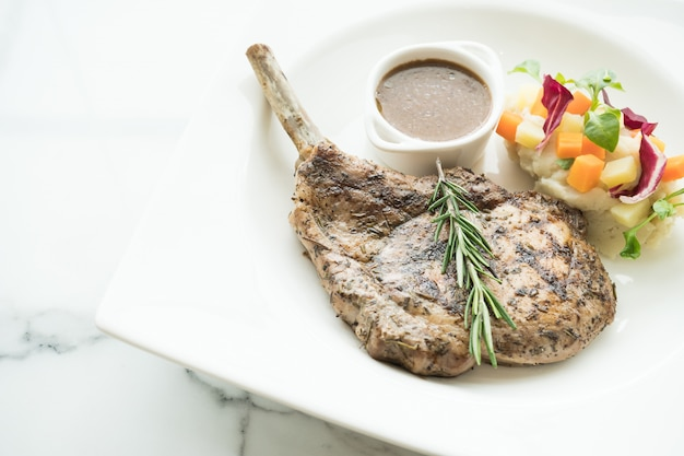Steak de côtelette de porc grillé