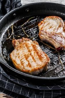 Steak de côtes de porc grillé.