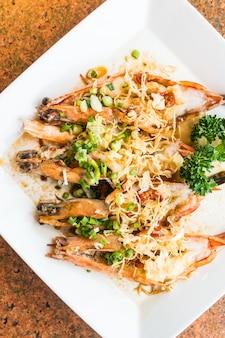 Steak de crevettes et crevettes grillées dans une assiette blanche