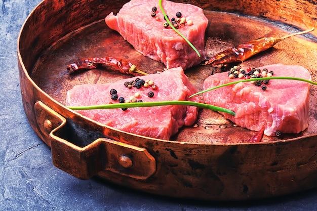 Steak cru dans une poêle