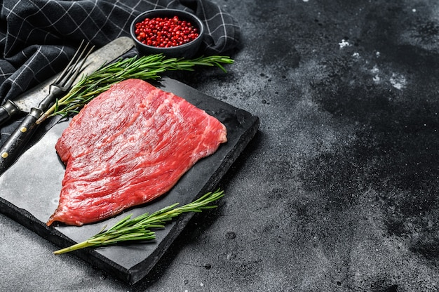 Steak cru frais avec des épices sur la table