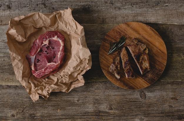 Steak cru et grillé sur table