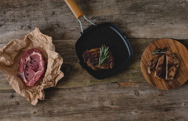 Steak cru et grillé
