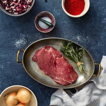 Steak cru avec des ingrédients pour la cuisson des aliments sains vue de dessus