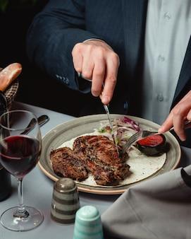 Steak délicieux avec sauce épicée