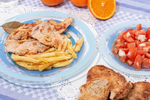Steak de dinde avec frites et salade de tomates