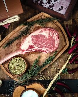 Steak de faux-filet sur planche de bois