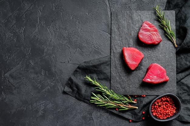 Steak de filet de boeuf cru. espace pour le texte